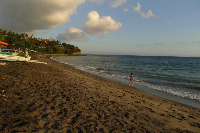 Indonesien - Schwarzer Strand an der Westküste Lomboks