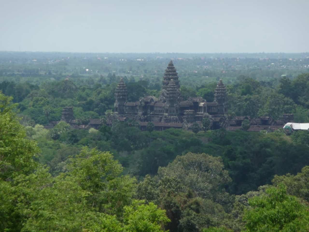Kambodscha - Angkor - Blick auf Angkor Wat von Phnom Bakheng
