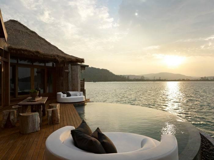 Kambodscha - Song Saa - Deck der Overwater Villa bei Sonnenuntergang