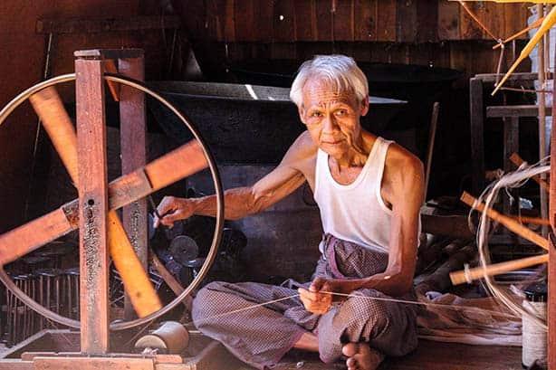 Myanmar- Inle See - alter Mann am Spinnrad