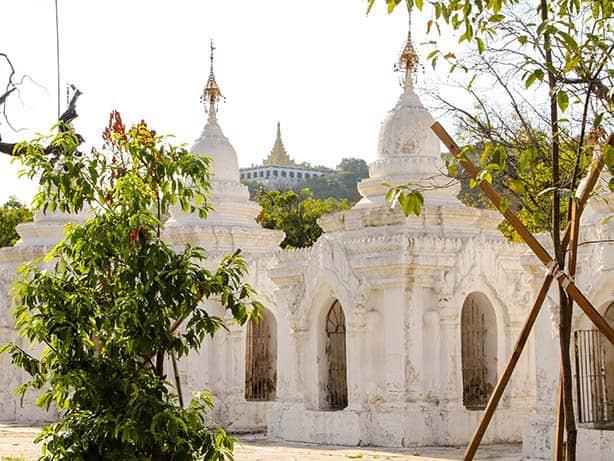 Mandalay---Kuthodaw-Pagode_Stupas