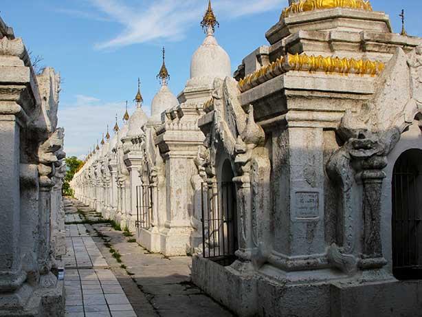 Mandalay---Kuthodaw-Pagode_Stupas1