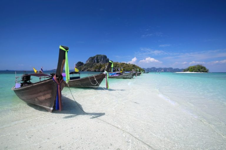 Longtail Boot am Strand in Thailand