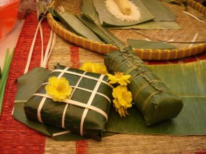 Tet Opfergaben in Bananenblätter verpackt