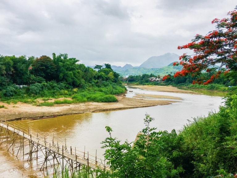 Laos Mekong mit Bergen