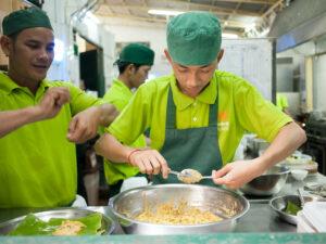Mitarbeiter von Friends International beim Kochen