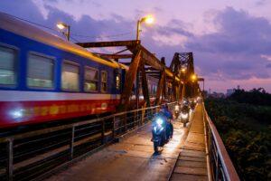 Zug auf Brücke in Vietnam